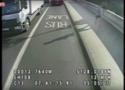 Londyn: biegacz wepchnął przypadkową kobietę pod jadący autobus [WIDEO]