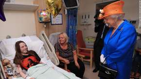 Zamach w Manchesterze. Elżbieta II odwiedziła poszkodowanych w szpitalu